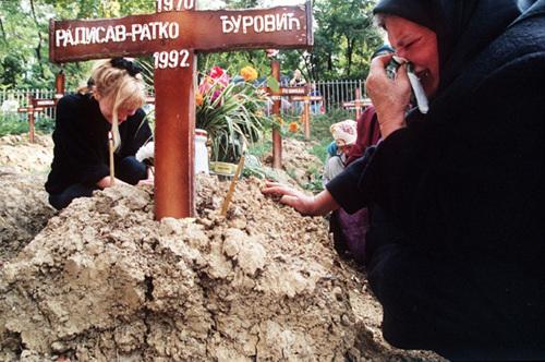 Evstafiev-bosnia-sarajevo-woman-cries-at-grave.jpg