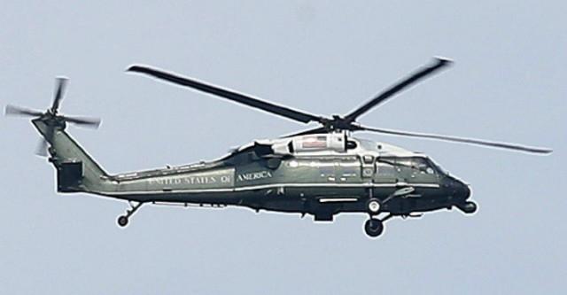 오산 기지에 내린 트럼프 대통령을 캠프 험프리즈로 나르는 머린 원 헬 기.jpg