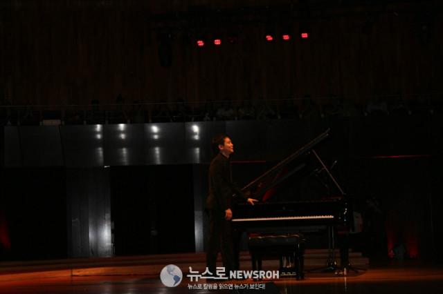 피아노 앞에 선 피아니스트 임동혁.jpg