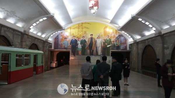 전철역 가판대 신문읽는 평양 시민들 (2).jpg
