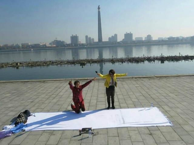북한의 모든 군사의식 사열 김일성광장. 맘대로 뒹굴며 그림을 그리다가 벌을 서는 것일까.jpg