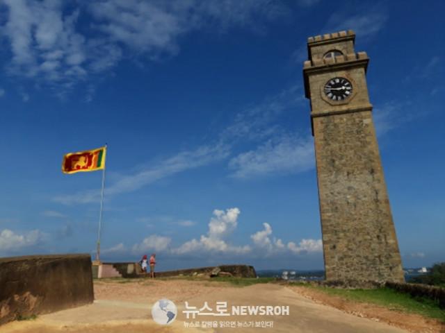 7 갈레의 올드 타운 중앙에 있는 요새의 중앙 광장이다. 지금은 스리랑카 국기가 펄럭이고 있지만 수 백년에 걸쳐.jpg