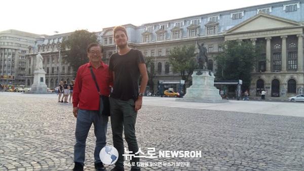 10 몰도바의 게스트 하우스에서 만났던 영국 청년을 루마니아 부큐레슈티의 시티 투어에서 다시 만났다.jpg