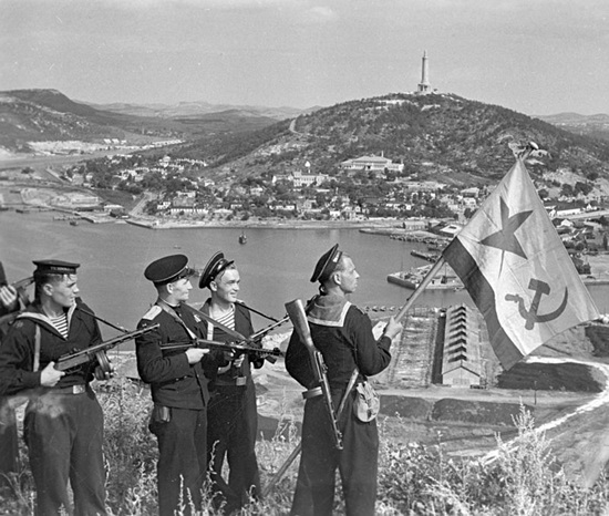 800px-RIAN_archive_834147_Hoisting_the_banner_in_Port-Artur__WWII_(1941-1945).jpg