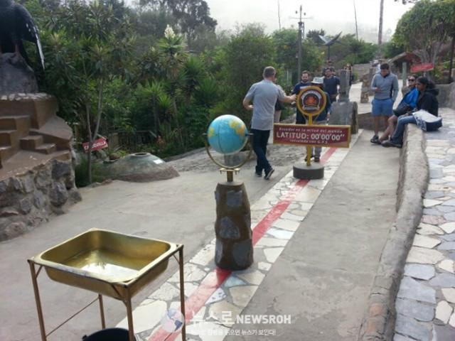 1 적도선 바로 아래 위치한 에콰도르의 수도 키토에 있는 적도 박물관.jpg