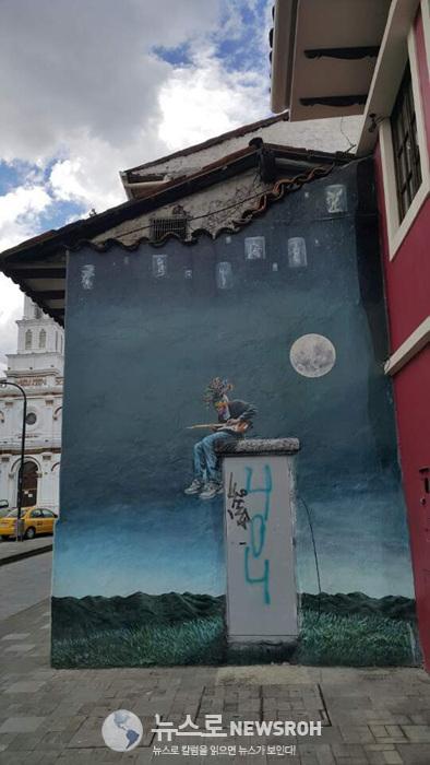 3 길거리 벽화가 마음에 들었다. 장소나 다른 사람 신경 쓰지 않고 몰두하는 모습이 좋았다..jpg