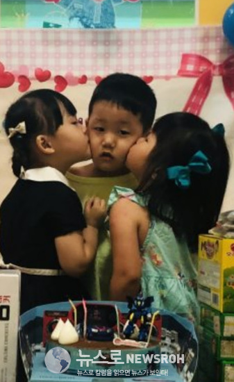 1손주가 두 명의 여친에게 볼 키스를 받고 어벙벙한 표정을 짓고 있다..jpg