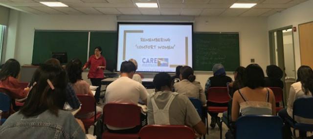 뉴욕 퀸스 칼리지 (민병갑 교수 수업)에서 학생들을 상대로 강의.jpg