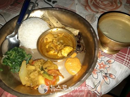 9히말라야의 산장에서 파는 달밧이다. 네팔인들이 하루 세끼를 먹는 주식이다. 달은 국이고 밧은 밥이라는 뜻이다. 달은 주로 콩이나 녹두 등을 끓여서 만든 스푸이고 밧은 불면 날아가는 진기.jpg