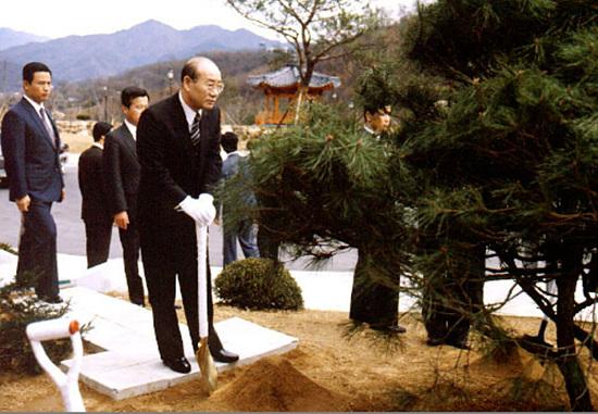 전두환 국사관 기념식수.jpg